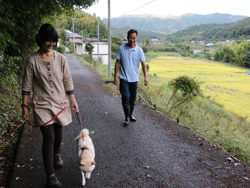 愛犬の福ちゃんとお散歩する日野さんご夫婦