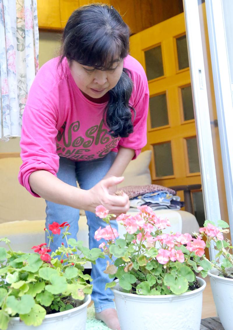 花の手入れをする藤川さん